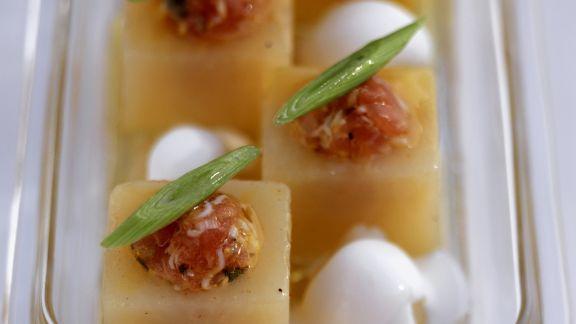 Rezept: Melonenhäppchen mit Lachstatar, Lauchzwiebeln und Schmand