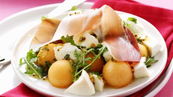 Rezept: Melonensalat mit Mozzarella, Schinken und Senfvinaigrette