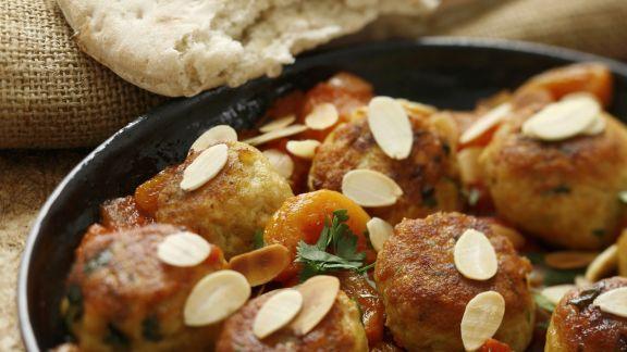 Rezept: Mini-Buletten mit Tomatensoße, Aprikosen und Mandeln