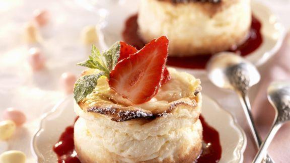 Rezept: Mini-Käsekuchen auf Beerenspiegel