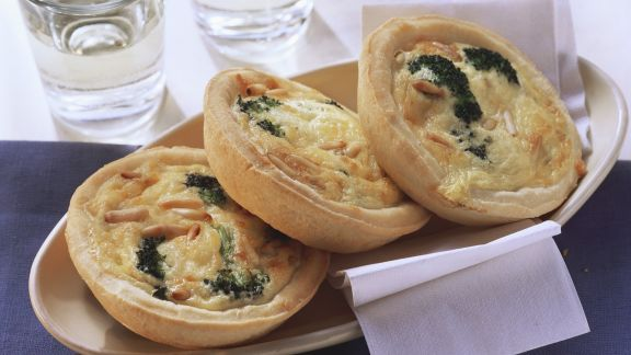 Rezept: Mini-Quiches mit Brokkoli und Pinienkernen