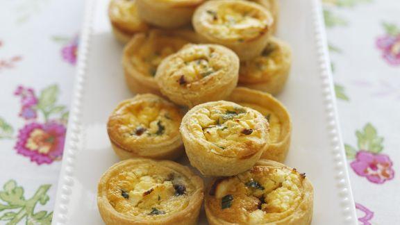 Rezept: Mini-Quiches mit Feta und karamellisierten Zwiebeln