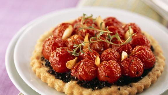 Rezept: Mini-Tarte mit Olivencreme und Cherrytomaten