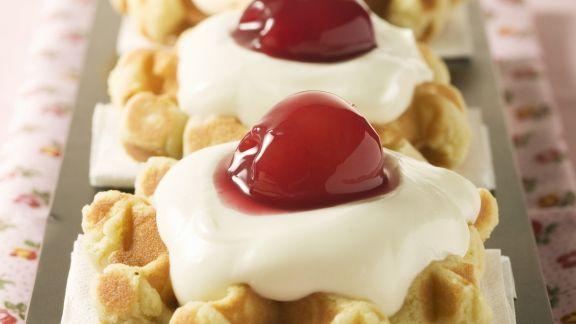 Rezept: Mini-Waffeln mit Vanillecreme und Kirschen