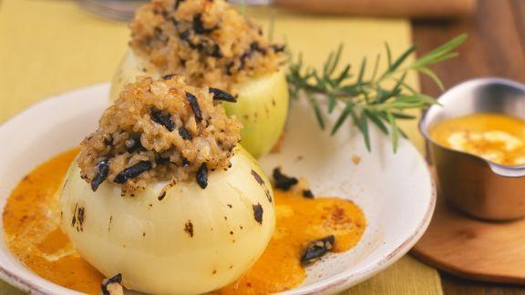 Rezept: Mit Bulgur gefüllte Zwiebeln auf Kürbissauce