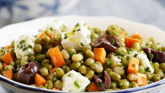 Rezept: Möhren-Erbsen-Salat mit Schafskäse und Oliven