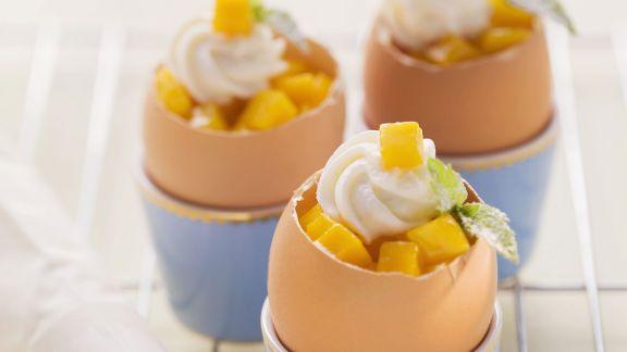 Rezept: Möhrenkuchen im Ei mit Mango und Quarktuff