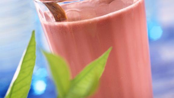 Rezept: Molke-Kirsch-Cocktail mit Zimtstange