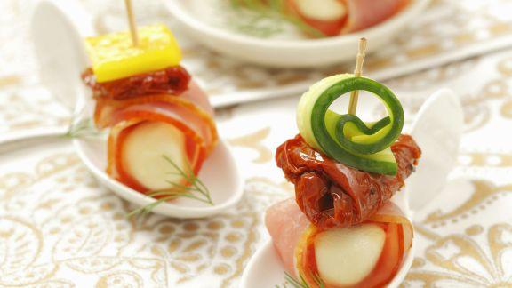 Rezept: Mozzarella-Schinken-Häppchen mit getrockneten Tomaten und Gurke