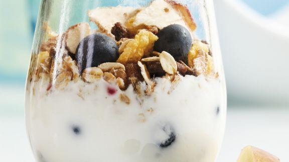Rezept: Müsli mit Joghurt, Heidelbeeren, Apfel und Trockenobst