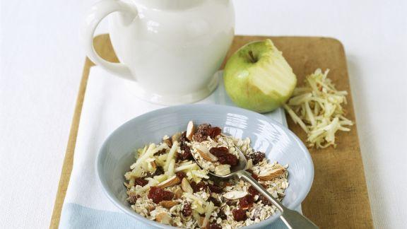 Rezept: Müsli mit Trockenkirschen, Mandeln und Apfelraspeln