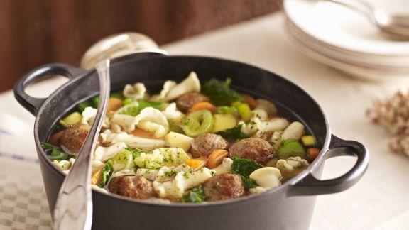 Rezept: Nudel-Gemüse-Suppe mit Hackklößchen
