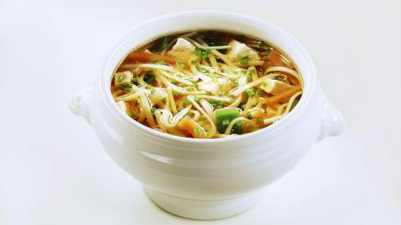 Rezept: Nudel-Gemüse-Suppe mit Hühnchen