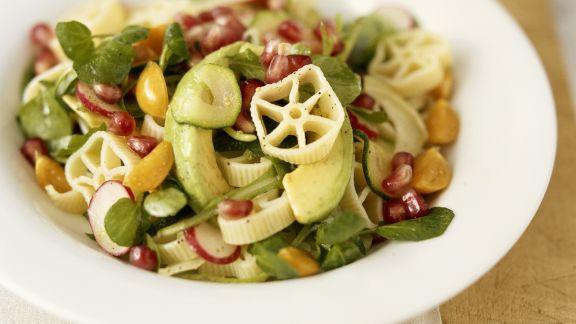 Rezept: Nudel-Gemüsesalat mit Granatapfelkernen