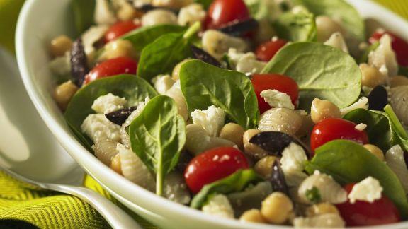 Rezept: Nudel-Kichererbsen-Salat mit jungem Spinat, Tomaten, Oliven und Schafskäse