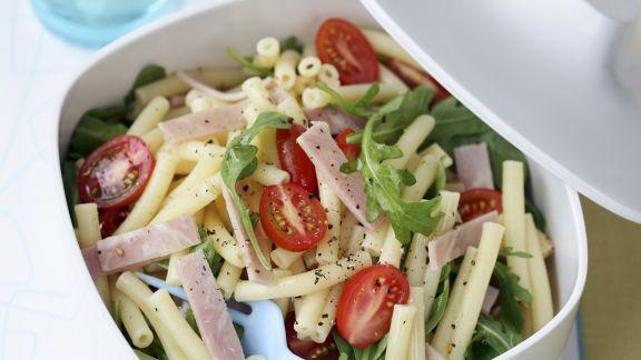 Rezept: Nudel-Schinken-Salat mit Rucola und Tomaten