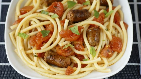 Rezept: Nudeln mit Bratwürsteln und Tomaten