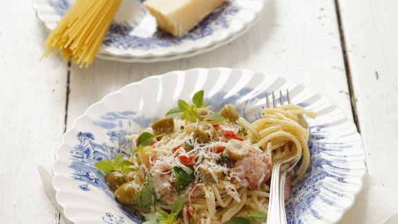 Rezept: Nudeln mit grünen Oliven, Schinken und Parmesan