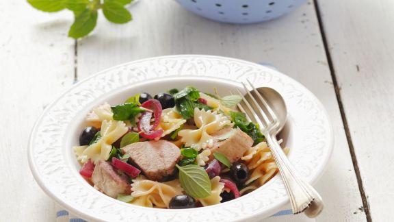 Rezept: Nudeln mit Huhn, Oliven und roten Zwiebeln