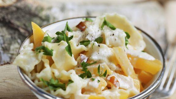 Rezept: Nudeln mit Käse-Sahne-Soße und Goldrübchen