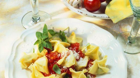 Rezept: Nudeln mit Käsefüllung auf Tomaten