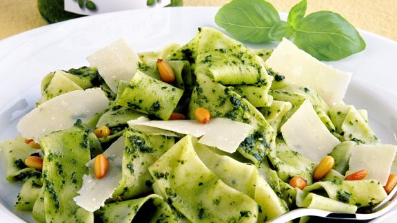 Rezept: Nudeln mit Pesto, Parmesan und Pinienkernen