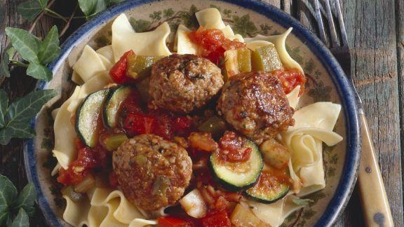 Rezept: Nudeln mit Putenbällchen und Zucchini-Tomaten-Sugo