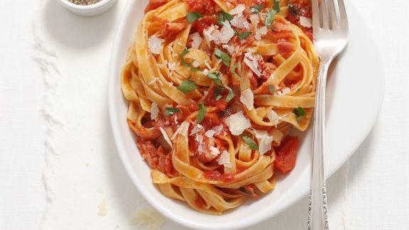 Rezept: Nudeln mit scharfer Tomaten-Speck-Sauce (Amatriciana)