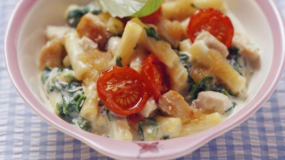 Rezept: Nudeln mit Spinat, Tomaten und Hähnchenfleisch
