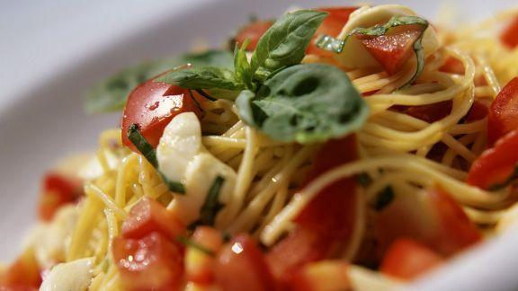 Rezept: Nudeln mit Tomaten und Mozzarella