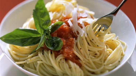 Rezept: Nudeln mit Tomatensauce, Parmesan und Basilikum