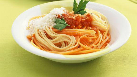 Rezept: Nudeln mit Tomatensauce und Möhren