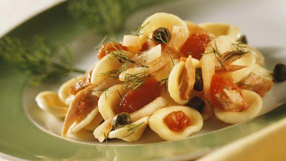 Rezept: Nudeln und Thunfisch-Kapern-Sauce mit Fenchel und Tomaten