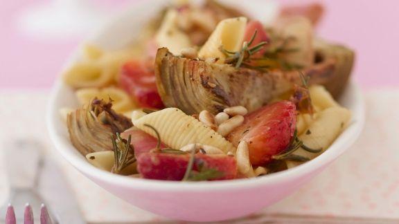Rezept: Nudelpfanne mit Artischocken, Erdbeeren und Pinienkernen