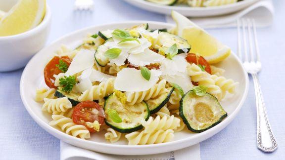Rezept: Nudelsalat mit Gemüse und Parmesan