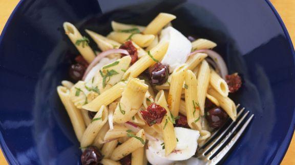 Rezept: Nudelsalat mit Oliven, Artischocken mit Mozzarella di Bufala