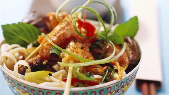 Rezept: Nudelsalat mit Scampispießen auf asiatische Art