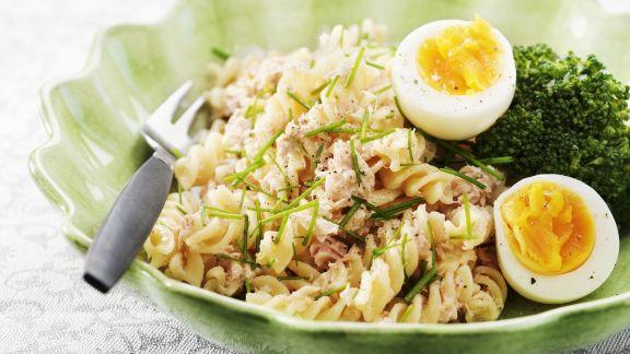 Rezept: Nudelsalat mit Thunfisch und gekochtem Ei