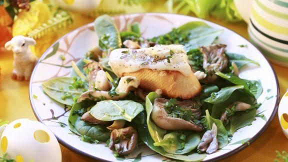 Rezept: Österlicher Spinatsalat mit Austernpilzen und Baguette mit Käse