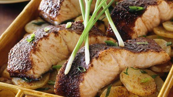 Rezept: Ofengebackener Lachs mit Kartoffeln