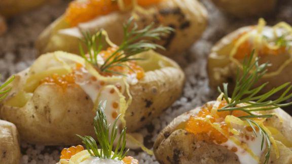 Rezept: Ofenkartoffeln in Salz gebacken mit saurer Sahne und Kaviar