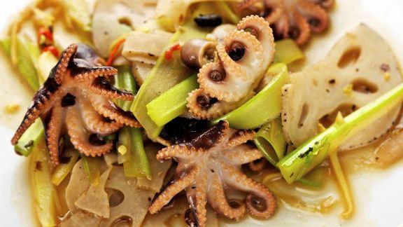 Rezept: Oktopussalat mit Lotuswurzel und Stangensellerie