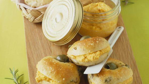 Rezept: Olivenbrötchen mit Möhrencreme