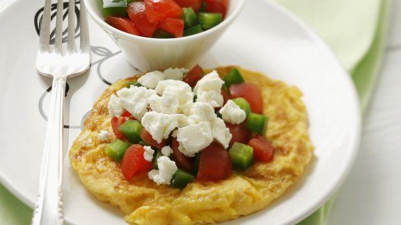omelett mit tomate gurke und schafsk se rezept eat smarter. Black Bedroom Furniture Sets. Home Design Ideas