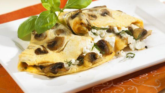 Rezept: Omelette gefüllt mit Champignons und Hüttenkäse