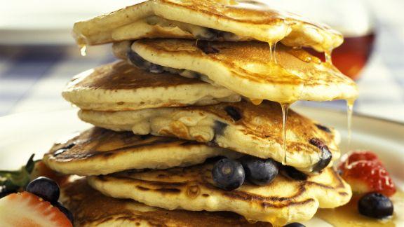 Rezept: Pancakes mit Beeren und Sirup
