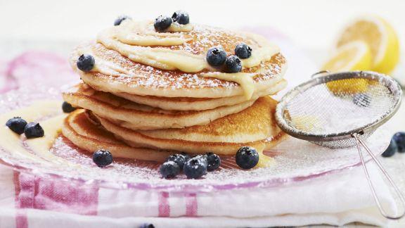 Rezept: Pancakes mit Heidelbeeren und Zitronencreme