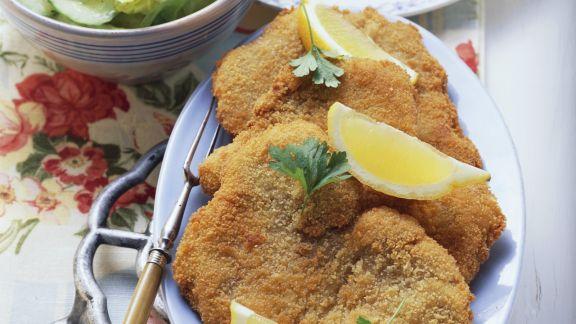 Rezept: Paniertes Putenschnitzel mit buntem Salat