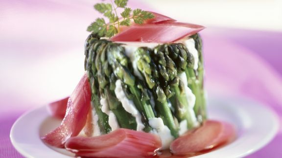 Rezept: Panna cotta im Spargelmantel mit Rhabarber
