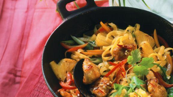 Rezept: Paprika-Hähnchenpfanne mit Nudeln und süßer Chilisoße